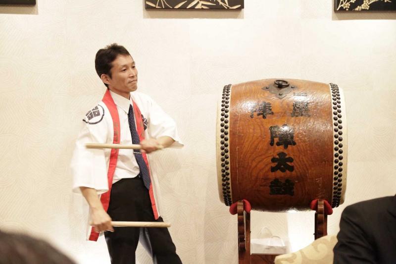 おもちつきでは太鼓にて会場の雰囲気を盛り立てます