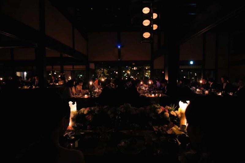 庭園と会場内にはたくさんのキャンドル  照明を落とし燈を楽しみました