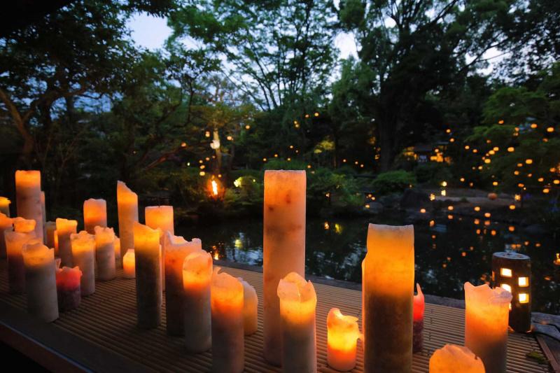 キャンドルアーティストMasaさんのコーディネートにより、庭園と会場内に多くの キャンドルが灯りました。